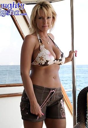Hot Bikini MILF Porn Pictures